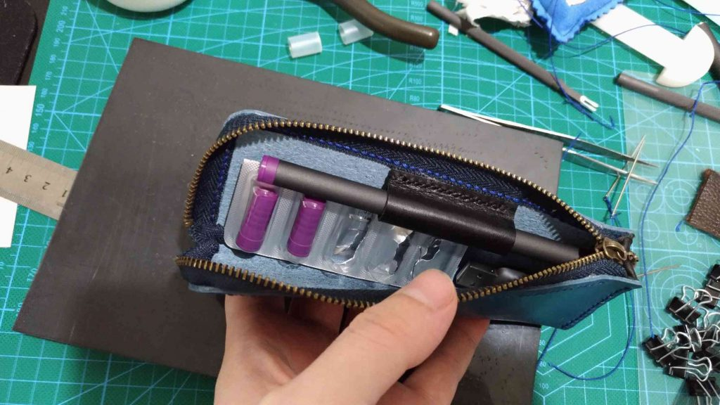 判る人には判る、PloomTECHというボールペン型デバイスのケースを自作してみました。 スターターキットに付属するケース がかさ張る上に使いにくかったので。