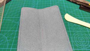 PloomTECHケースの縫う部分に線を引いたところ