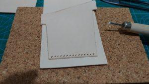 パスケースのカードポケットパーツに縫い穴を開けたところの写真