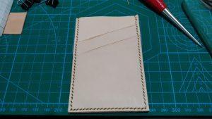 縫い終わったパスケースの表面