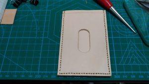 縫い終わったパスケースの裏面