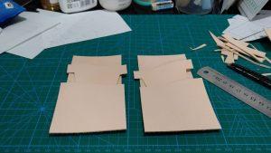自作の定期入れ兼カードケースのパーツを切り出したところの写真