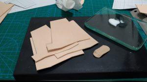 自作の定期入れ兼カードケースのコバを磨いたところの写真